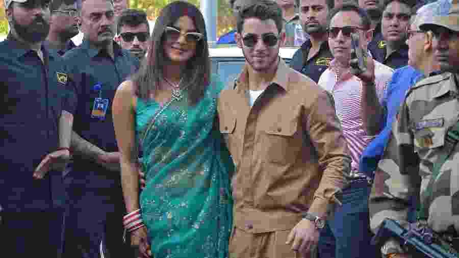 Priyanka Chopra e Nick Jonas posam no aeroporto de Jodhpur - Reuters