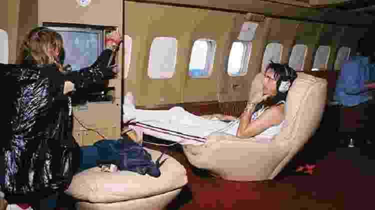 O cantor Alice Cooper vê televisão no Boeing 720 do cantor Bobby Sherman - Paul Slade/Paris Match/Getty Images - Paul Slade/Paris Match/Getty Images