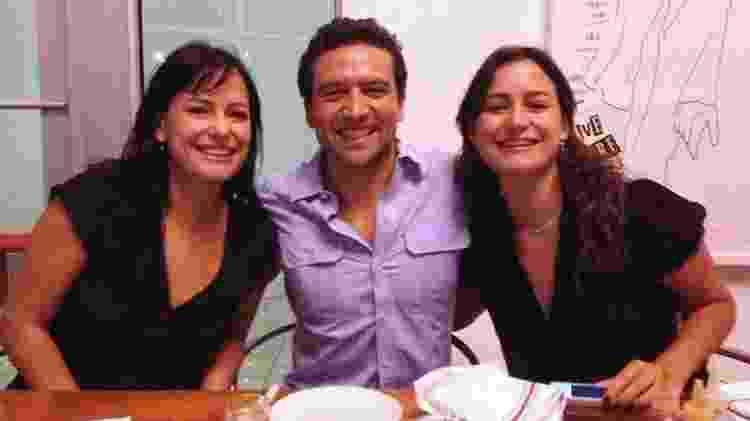 Natalia (à esq.) com sua irmã gêmea, Carolina, e um amigo - BBC - BBC