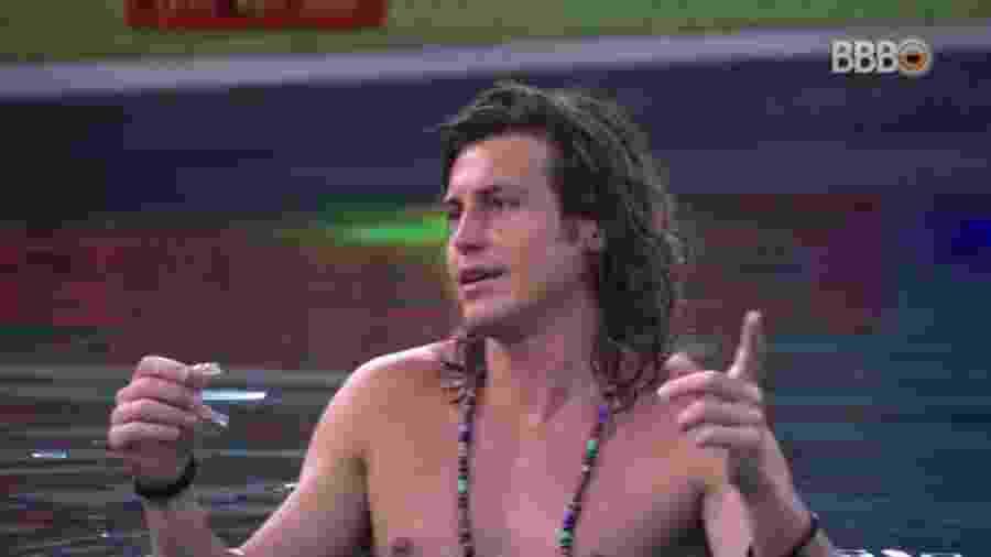 Alberto Mezzetti conversa com brothers na piscina - Reprodução/GloboPlay