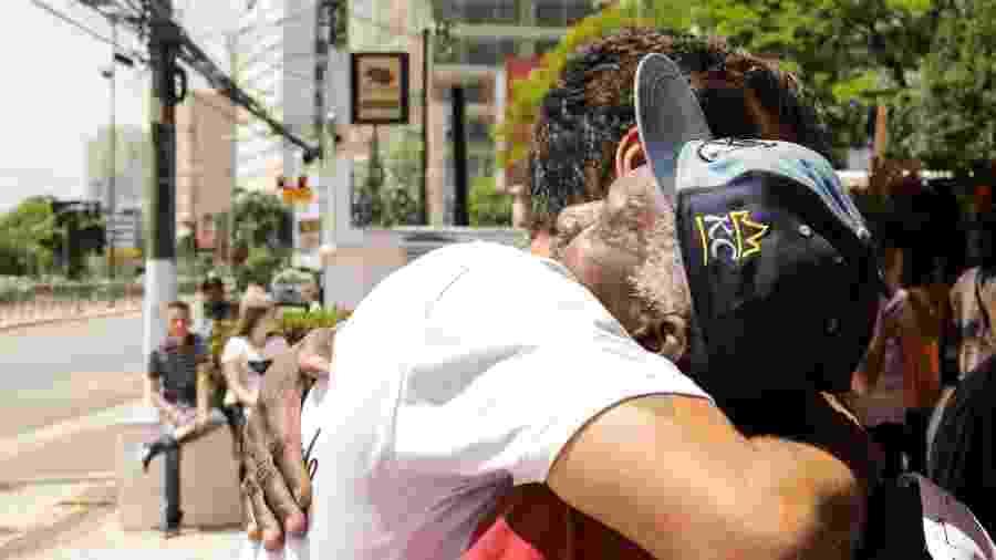 Lucas Velloso, idealizador do projeto Abraçaê, distribui abraços grátis a candidatos e candidatas do Enem em São Paulo - Rômulo Cabrera/Ecoa