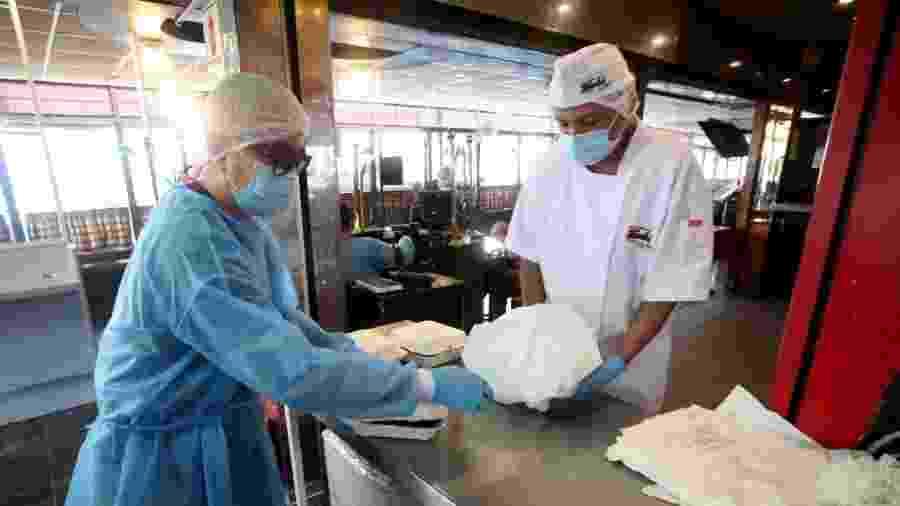 A reabertura dos restaurantes ao público poderá atender 40% de sua capacidade - Raul Sifuentes/Getty Images