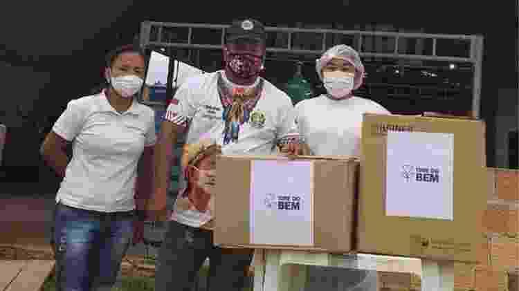 Vanda e dois técnicos de enfermagem posam para foto ao lado de caixas de medicamentos doados - Arquivo pessoal - Arquivo pessoal