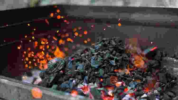 Carvão na metade da churrasqueira cria mais possibilidades de temperatura - Ledicia Belln/EyeEm - Ledicia Belln/EyeEm