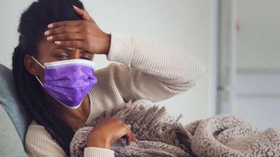 Sintomas comuns da covid-19 são: febre, tosse, dor de garganta e/ou coriza, perda de olfato ou paladar, dor de cabeça, cansaço e falta de ar - Getty Images / BBC News Brasil
