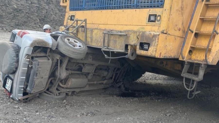 Caminhão esmaga SUV em obra - Reprodução