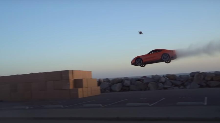 Toyota Supra salta 30 metros e acaba em caixas de papelão - Reprodução