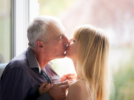 Idoso com parceiro muito jovem? É bom tomar alguns cuidados com a saúde - 02/07/2021 - UOL VivaBem