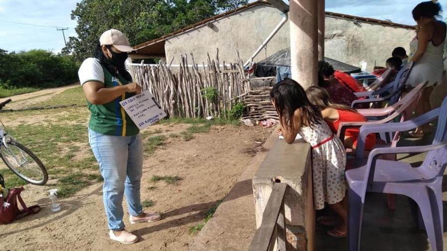 A professora Noadias Castro Braz de Novaes durante aula para crianças na pandemia - Arquivo pessoal