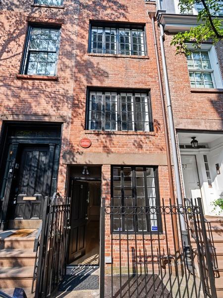 A célebre residência de 92,8 metros quadrados distribuídos por três andares já abrigou a poeta Edna St. Vincent Millay e o ator Cary Grant - Reprodução/Realtor.com
