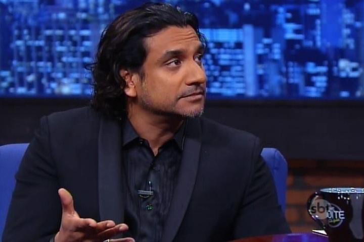 """23.jun.2015 - Naveen Andrews, que interpretou o personagem Sayid em """"Lost"""" conversou com Danilo Gentili, nesta terça-feira, e confessou que nunca assistiu à série"""