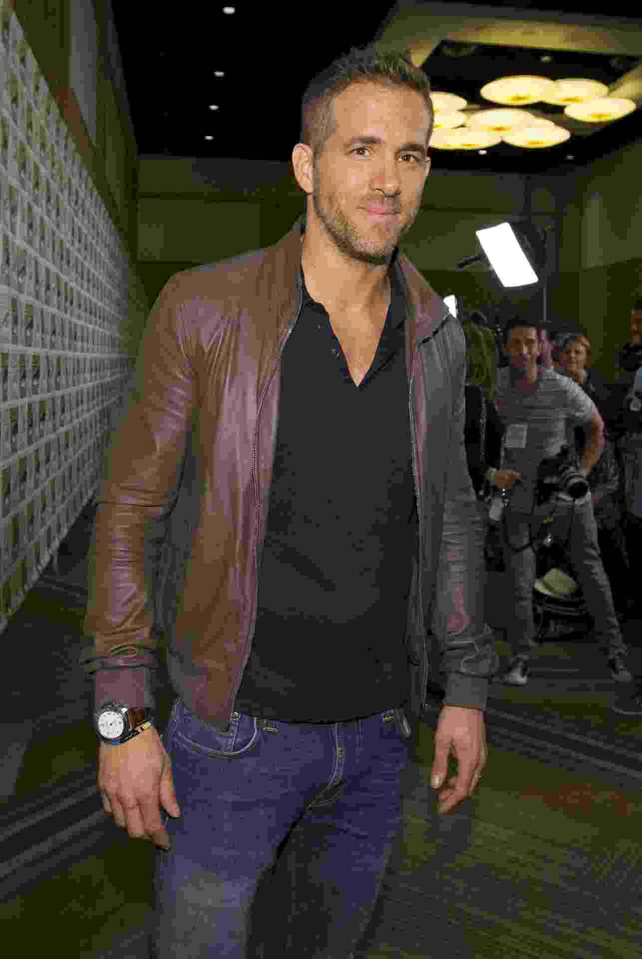 "11.jul.2015 - Ryan Reynolds posa para fotos após a apresentação do painel de ""Deadpool"" na San Diego Comic-Con, na Califórnia - Mario Anzuoni/Reuters"