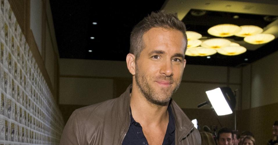 """11.jul.2015 - Ryan Reynolds posa para fotos após a apresentação do painel de """"Deadpool"""" na San Diego Comic-Con, na Califórnia"""
