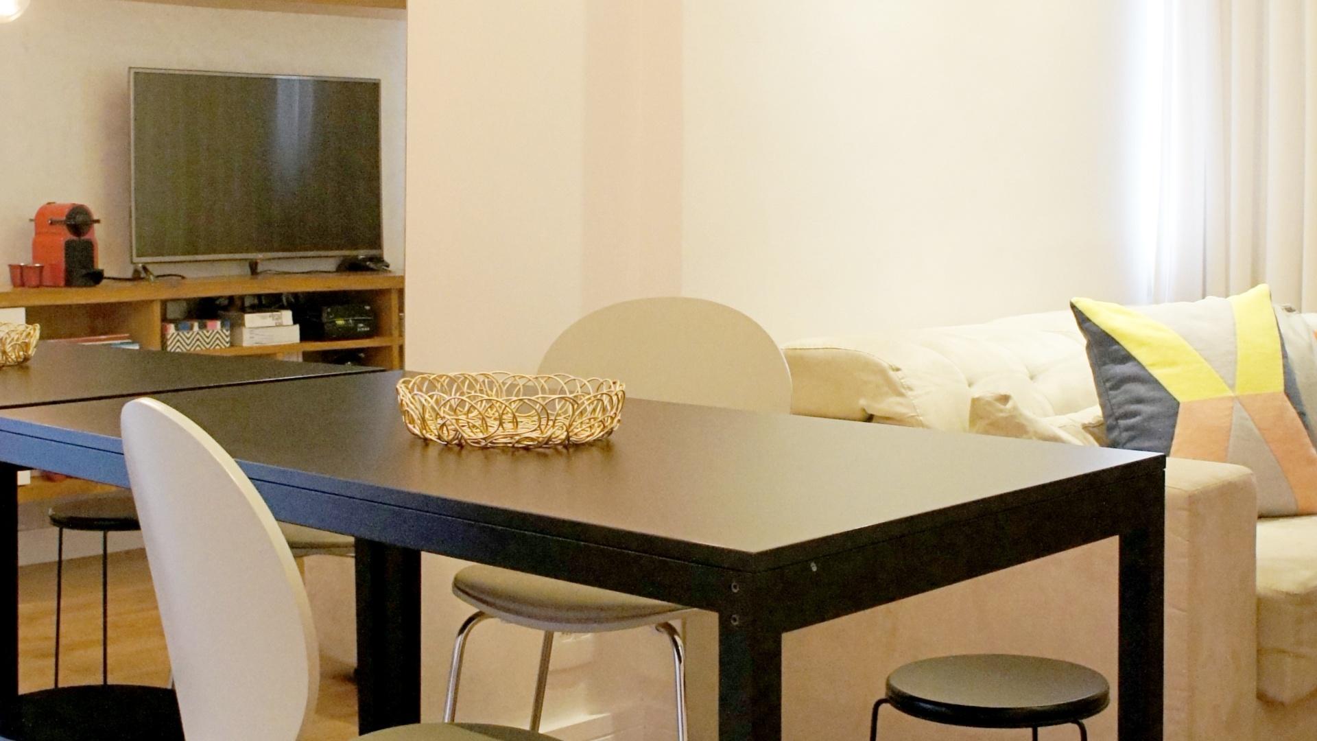 A sala integrada é separada em funções pela disposição dos móveis: a mesa de jantar é iluminada pelo pendente e está situada junto a porta espelhada (ao fundo), que dá acesso ao dormitório. O apartamento em Copacabana - datado dos anos 1970 - teve reforma assinada pelo arquiteto Fabiano Ravaglia, do escritório Ravaglia & Philot