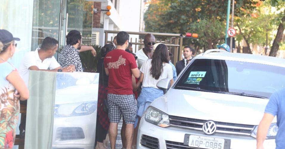 20.set.2015 - Cercado por fãs, Seal distribui autógrafos na entrada do hotel luxuoso onde está hospedado em Ipanema, no Rio de Janeiro. O cantor se apresenta neste domingo no terceiro dia de Rock in Rio 2015
