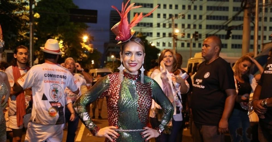 17.jan.2016 - Monique Alfradique também caprichou no brilho no ensaio da Grande Rio na Sapucaí