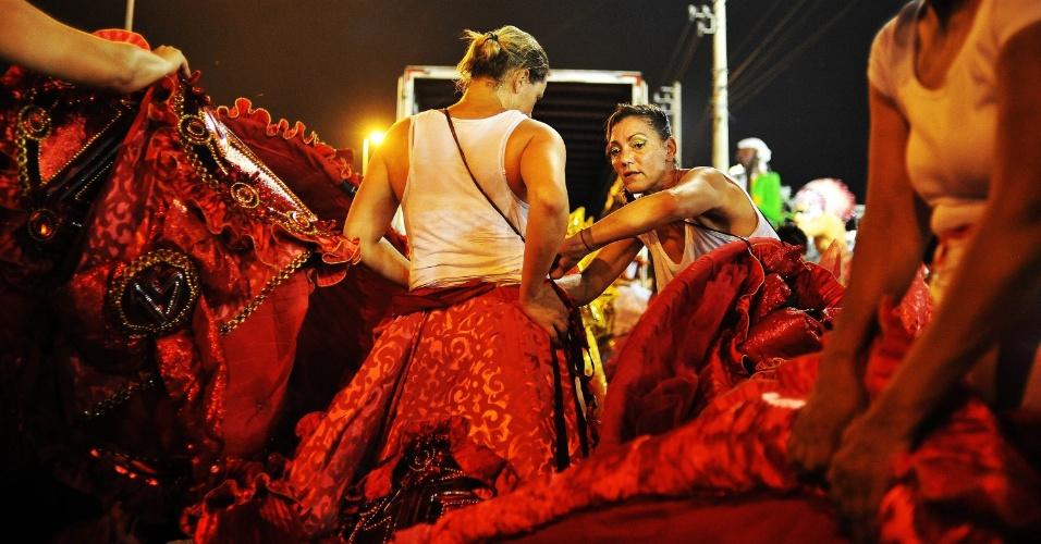 7.fev.2016 - Integrantes tiram as fantasias da dispersão da Dragões da Real, na madrugada deste domingo