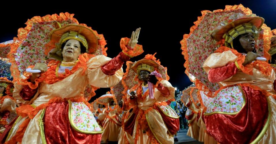 8.fev.2016 - A ala das baianas no desfile da Beija-Flor na Marquês de Sapucaí, que homenageou o personagem que dá nome à avenida do samba