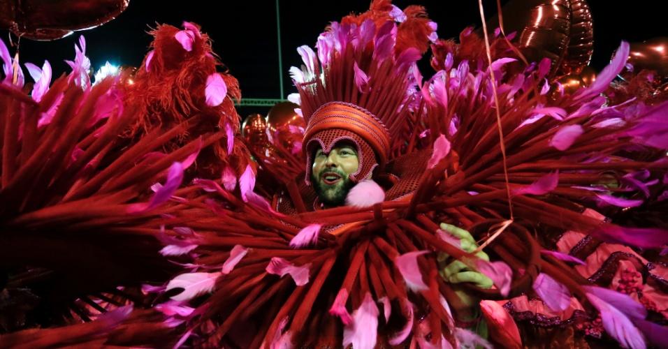 9.fev.2016 - Na ala Explode Coração integrantes da Mangueira levaram balões amarrados a fantasia