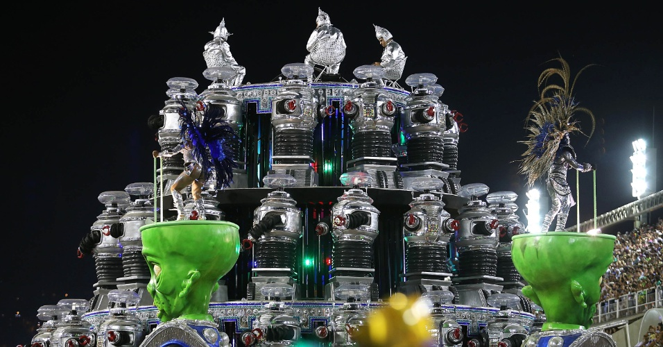 9.fev.2016 - A Portela impressinou com muita tecnologia em desfile produzido pelo carnavalesco Paulo Barros