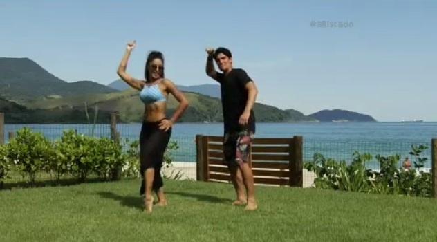 Aline Riscado aprende a surfar com Gabriel Medina
