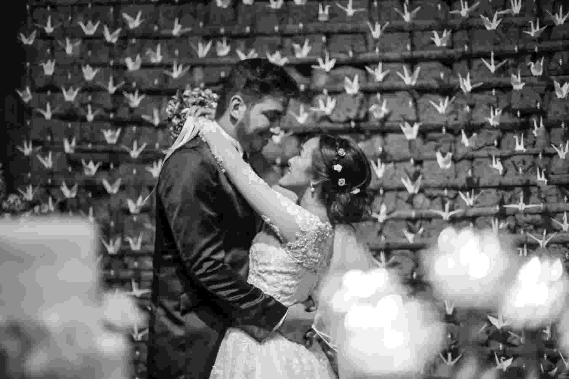 """A jornalista Giselle Hirata e o orçamentista Allan Lobato se casaram em uma cerimônia com ares orientais e um toque retrô em Salesópolis, interior de São Paulo. Adeptos do """"faça você mesmo"""", assumiram grande parte dos preparativos para """"o grande dia"""" (imagem de casamento real - Giselle e Allan - usar apenas no respectivo material) - May Rabello/ Divulgação"""