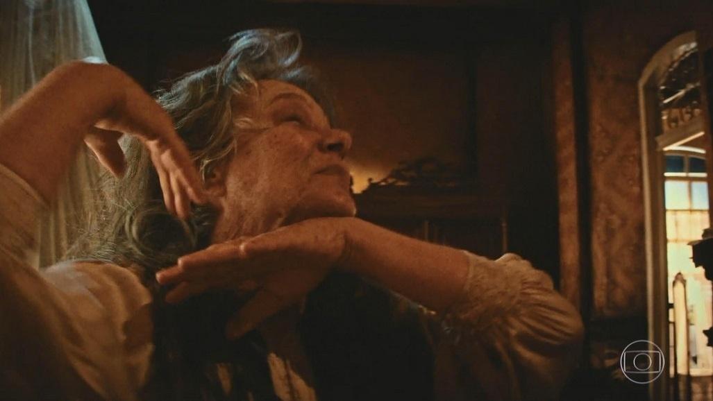 Encarnação (Selma Egrei) dança valsa antes de morrer em