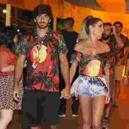 Deborah Secco chega a camarote da Sapucaí acompanhada do marido, Hugo Moura - Divulgação/CamaroteN1