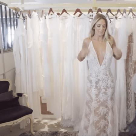 Ticiane Pinheiro prova vestidos de noiva - Reprodução/YouTube
