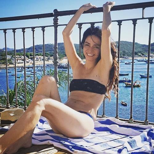 """A atriz Claudia Ohana, de 54 anos, mostrou toda sua beleza enquanto relaxava na varanda de um hotel de frente para o mar. Sem falsa modéstia, Claudia disse que não precisava usar filtros em suas fotos para realçar a beleza. """"Sem filtro porque eu posso. Descanso porque eu mereço. Ohana Off"""", disse a artista em suas redes sociais. Quem ousa discordar?"""