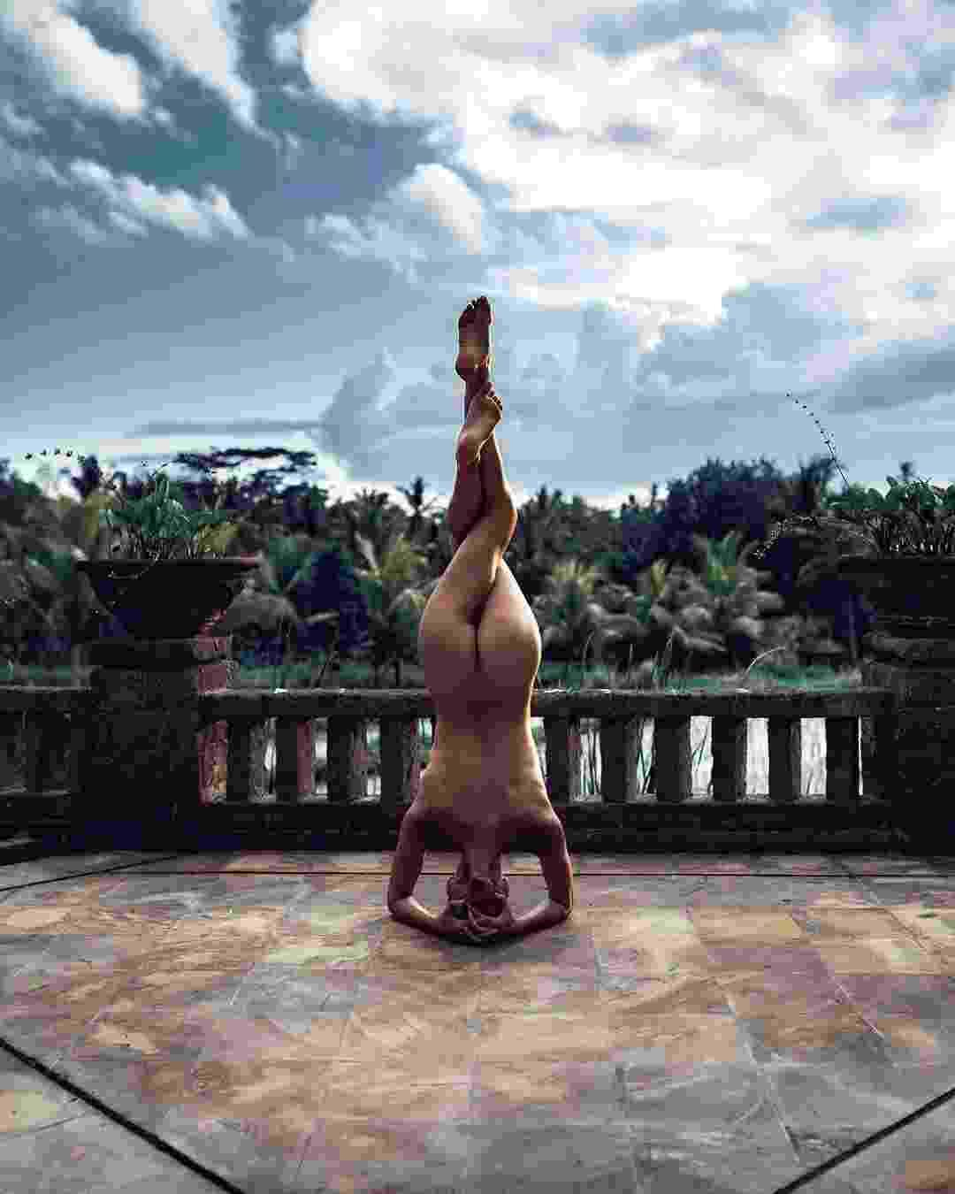 Você está passando por sua timeline no Instagram e, de repente, vê a foto de uma mulher nua, em alguma pose incrível de ioga. Não se assuste! - Reprodução/Instagram/@nude_yogagirl