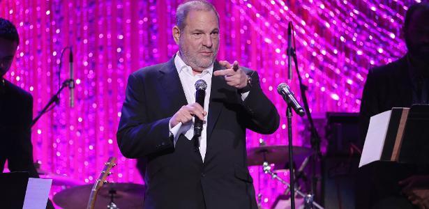 O produtor Harvey Weinsten discursa no jantar pré-Oscar da produtora The Weinstein Company, em fevereiro de 2017