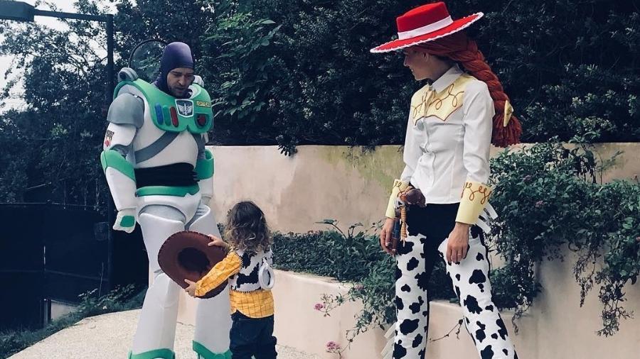 """Justin Timberlake, Jessica Biel e o filho, Silas, se fantasiam de """"Toy Story"""" para o Halloween - Reprodução/Instagram/jessicabiel"""
