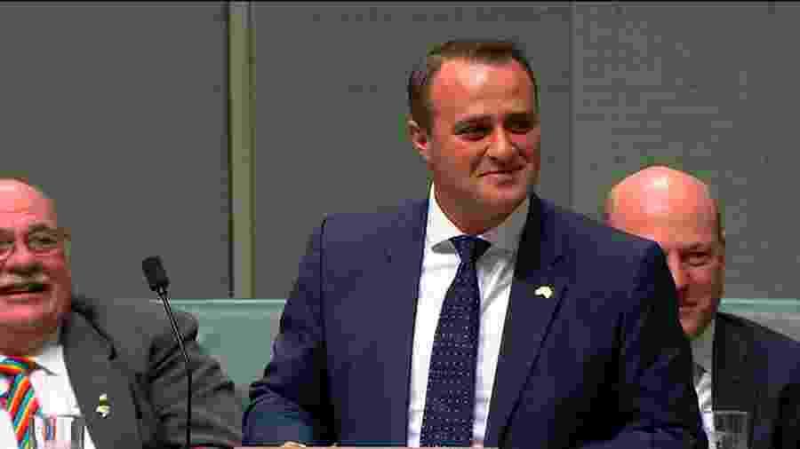 O deputado australiano Tim Wilson pede o namorado Ryan Bolger em casamento - AFP