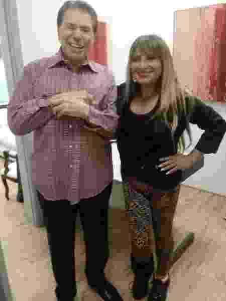 Adriana Bacchi, conhecida como MC Vesga, posa com Silvio Santos no camarim do dono do SBT - Arquivo Pessoal  - Arquivo Pessoal