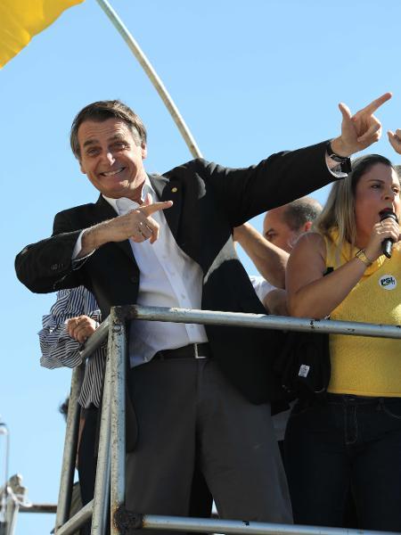 O presidente Jair Bolsonaro faz gesto que remete a armas de fogo - Diomício Gomes/O Popular/Folhapress