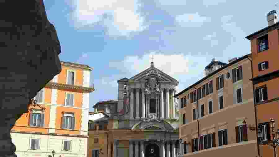 A Chiesa dei Santi Vincenzo e Anastasio a Trevi fica ao lado da famosa Fontana di Trevi, em Roma - membio/Getty Images/iStockphoto