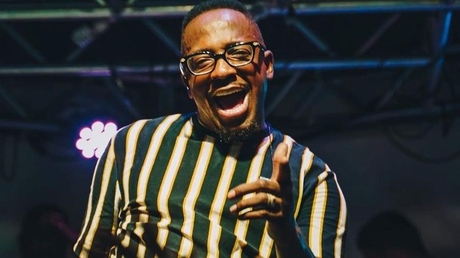 O cantor Mumuzinho em apresentação no Guarujá - Reprodução/ Instagram