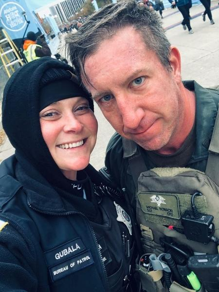 Erin Gubala com Sgt. Mike Nowacki após o pedido de casamento - Reprodução/Facebook