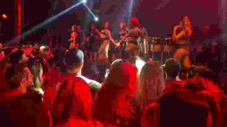 Cintia Dicker diante do palco onde Anitta faz show - Coluna do Leo Dias - Coluna do Leo Dias