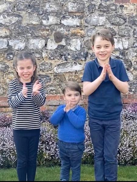 A princesa Charlotte e os príncipes Louis e George aplaudiram profissionais da saúde que estão atuando no combate ao coronavírus no Reino Unido - Reprodução/Twitter@KensingtonRoyal