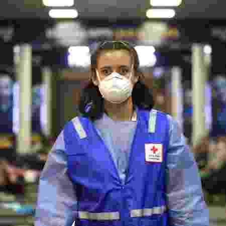 24.03.2020 - Membro da Cruz Vermelha, no aerrporto El Dorado, em Bogotá - Corbis via Getty Images