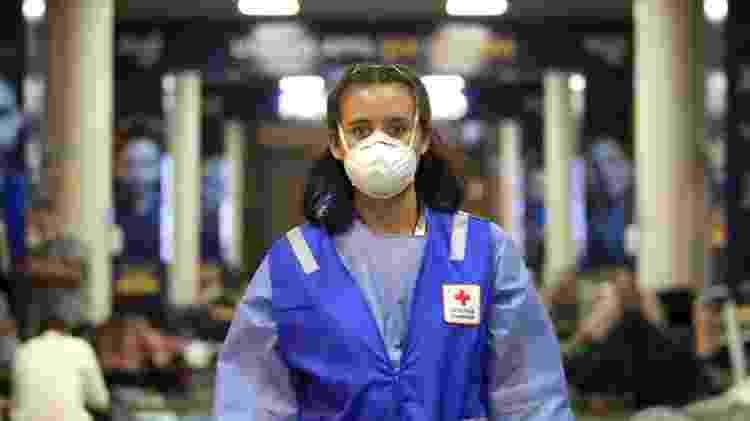 24.03.2020 - Membro da Cruz Vermelha, no aerrporto El Dorado, em Bogotá - Corbis via Getty Images - Corbis via Getty Images