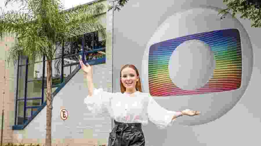 Larissa Manoela posa em frente aos estúdios Globo - Reprodução/Globo