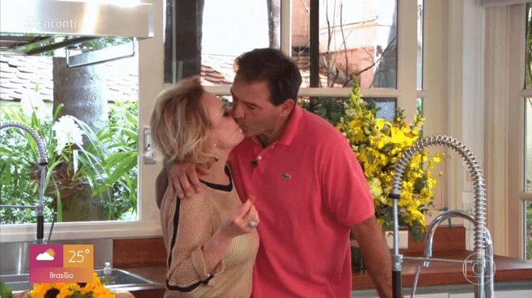 Ana Maria Braga beija o marido, Johnny Lucet, no 'Encontro' - Reprodução/Globoplay - Reprodução/Globoplay