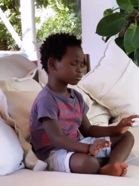 Bless, filho de Bruno Gagliasso e Giovanna Ewbank, medita em casa - Reprodução/Instagram