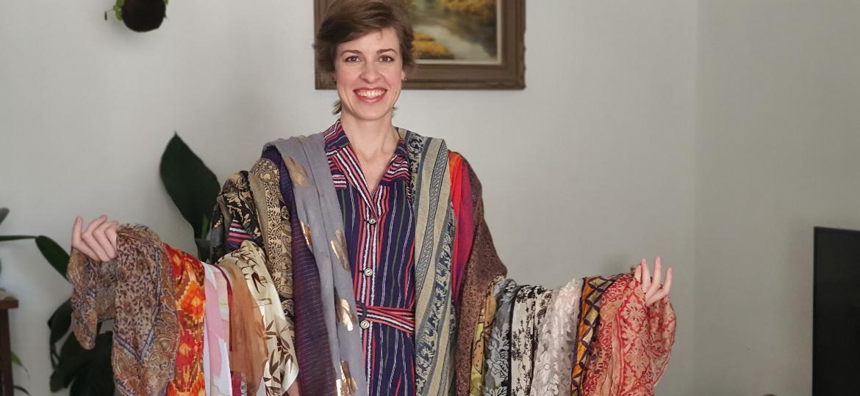 Carolina Steiner com os lenços comprados ao longo da vida e das viagens feitas pelo mundo - Arquivo Pessoal