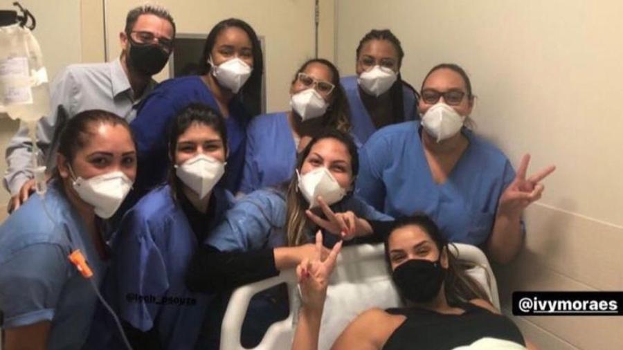 Equipe médica posou para foto com Ivy Moraes - Reprodução/Instagram @laiscoouto