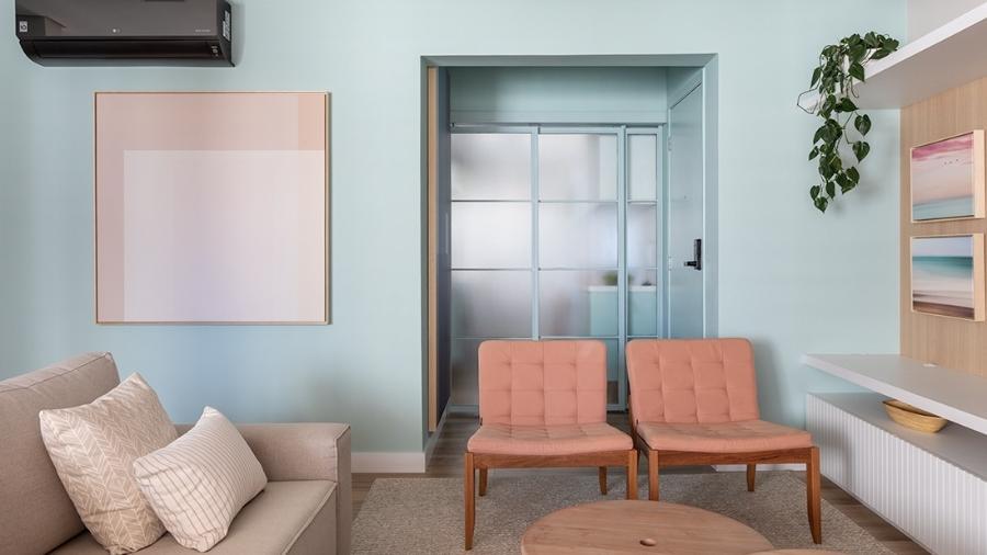 Para deixar a cozinha discreta, a porta de correr composta pelo material metálico e o vidro jateado resultou em uma discreta separação com a sala de estar - Evelyn Muller