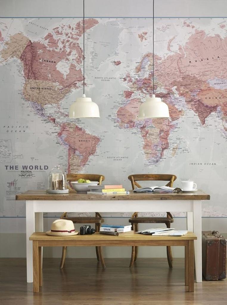 Para quem gosta de viajar, recobrir a parede com um mapa pode ser uma opção instigante. O recurso foi usado nesta sala de jantar, com peças de madeira e detalhes brancos. O resultado é uma decoração equilibrada e com um toque retrô